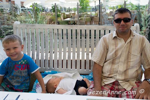 Leman Kültür'de salıncaklı masalarda oturmuş, kahvaltı ederken, Yalova
