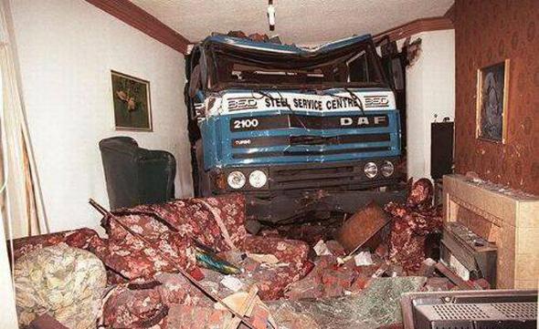 Accidente de un camión contra una casa