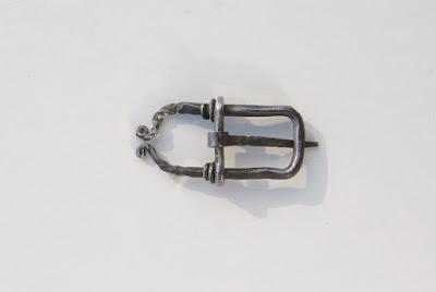 Boucle de ceinture médiévale brut de forge