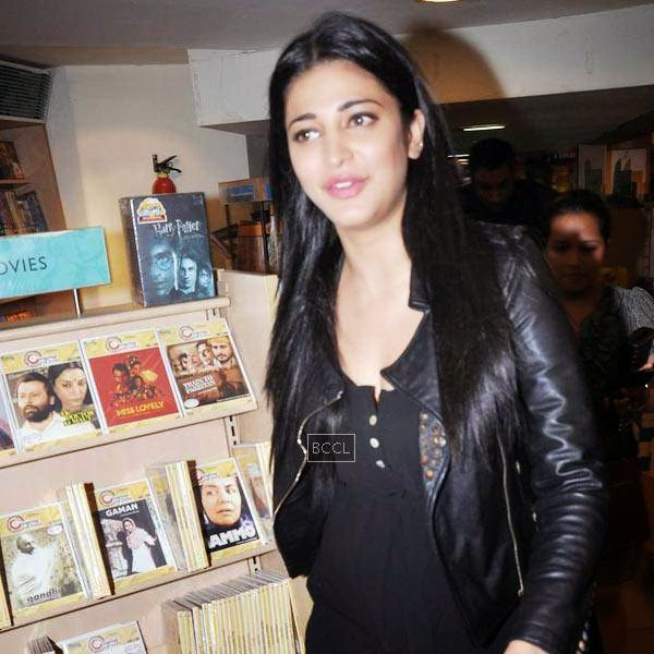 Shruti Hassan arrives for the launch of Dr Rashmi Shetty's book 'Age Erase', held at Crossword, on July 11, 2014.(Pic: Viral Bhayani)