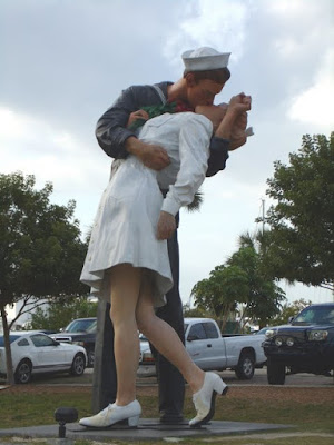 Unconditional Surrender por Seward Johnson