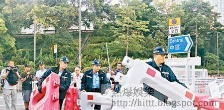 金鐘<br>警悄悄晨早開路<br>警員昨晨移走金鐘部分路障。