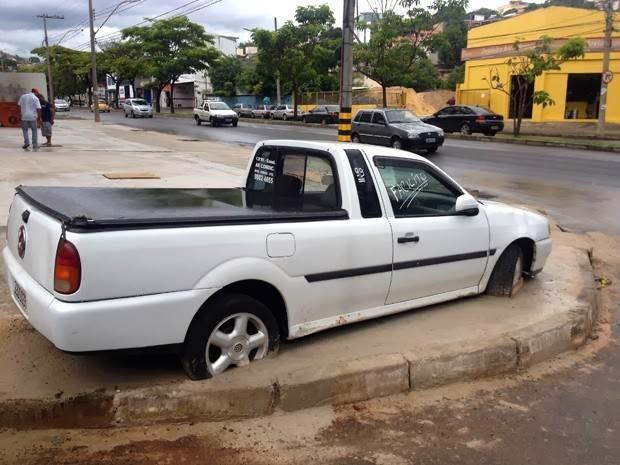 【ブラジル】「道路工事するので車を移動して欲しい」→持ち主が拒否→車ごと舗装