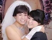 عريس يرتدي فستان زفاف