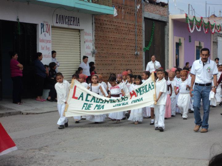 niños de la primaria en el desfile del 16 de Septiembre