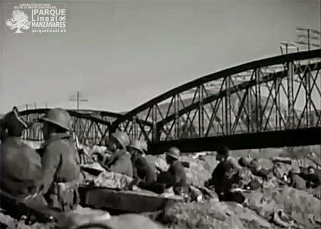 Tropas republicanas defienden el Puente de Arganda. Fotograma documental Tierra de España (1937).