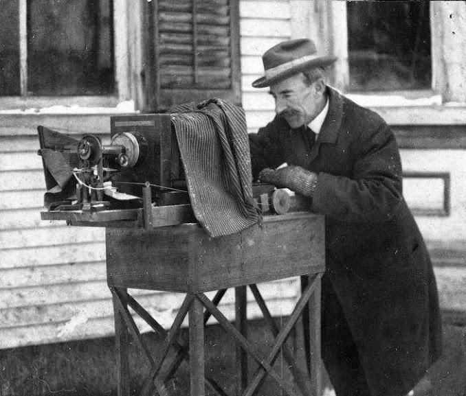 Wilson Bentley realizando um de seus experimentos com a microfotografia