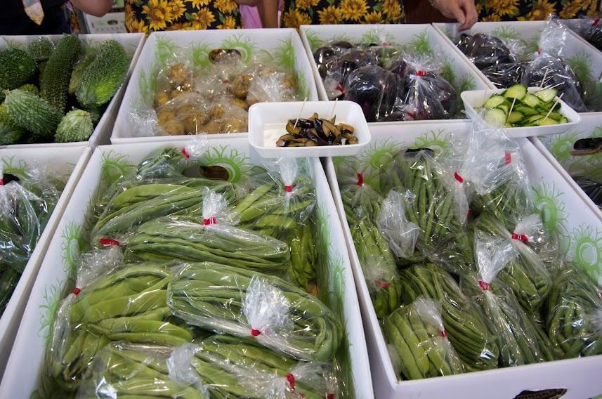 お母さん達による自家野菜販売