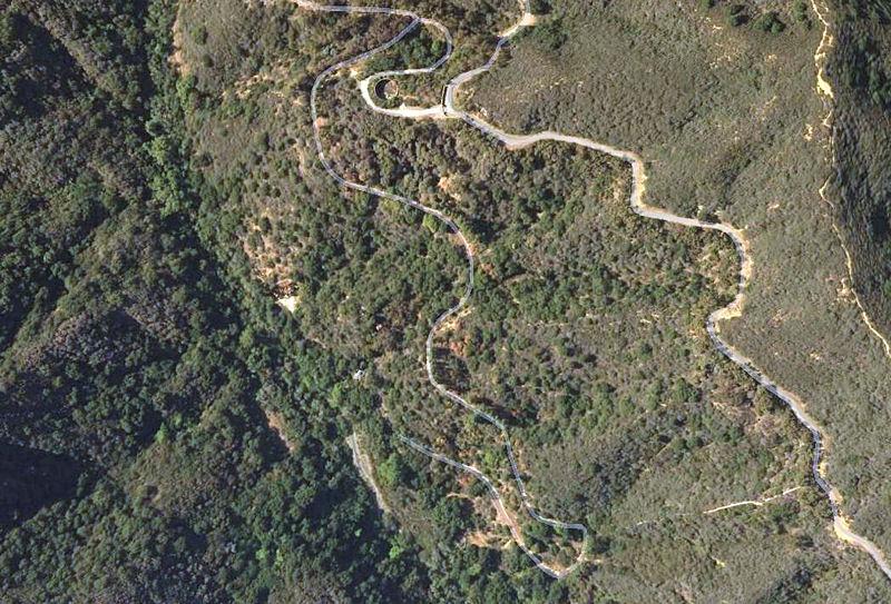Вид сверху на бывшее ранчо Мёрфи; в верхней части снимка хорошо видны въездные ворота и резервуар