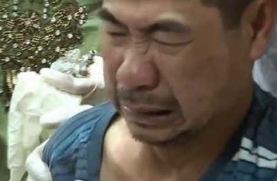 Một bệnh nhân đau đớn khi được ông Yên bẻ giò, bóp cẳng.