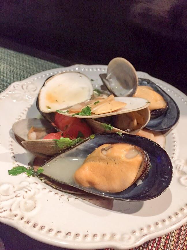 厚岸の大あさり、ムール貝 皿貝の白ワイン蒸し