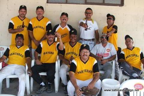 Panteras celebrando triunfo en el softbol del Club Sertoma