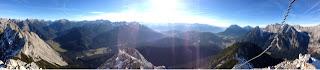 Gipfelblick von der Arnplattenspitze (interessant, was die Panorama-Funktion der Telefon-Kamera aus Vordergrundobjekten macht)