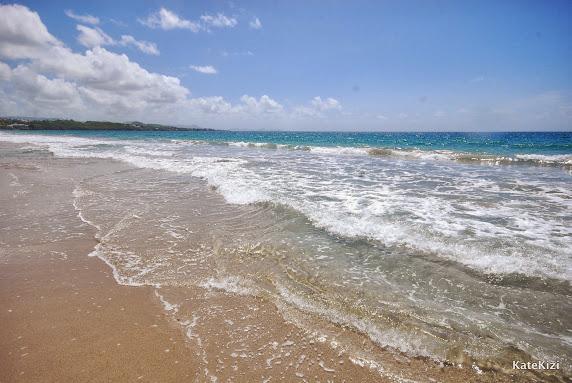 Волны, хоть и кажутся легкими и ласковыми, сбивают с ног, если зазевался
