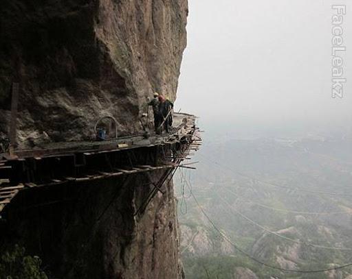 Pekerjaan paling berbahaya dan beresiko - Para Pekerja Cina Membangun Jalan Yg Terbuat dari Kayu  di atas Tebing Vertikal -- foto -- faceleakz