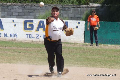 Julián Santos de Hipertensos en el softbol de veteranos