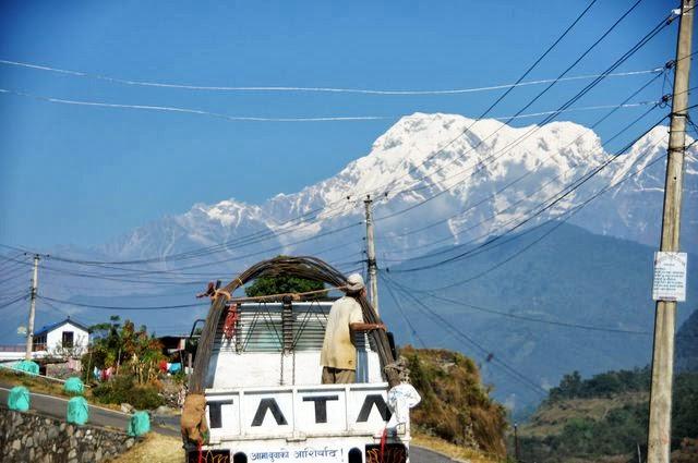 達人帶路-環遊世界-尼泊爾PoonHill健行-車與雪山