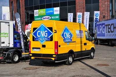 Przed Halą EXPO XXI miała miejsce wystawa pojazdów CNG złożona z 16 aut osobowych i użytkowych