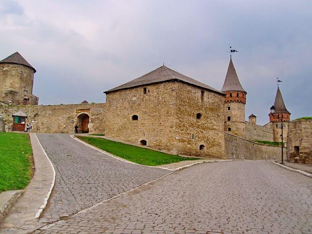 На передньому плані - Нова східна башта. Кам'янець-подільська фортеця
