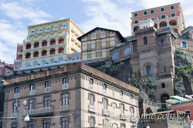 Sahilinden yukarıdaki Sorrento şehri manzarası