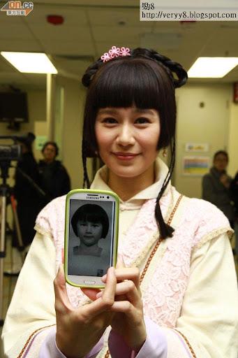 黃翠如展示兒時的照片,髮型和現時一模一樣。