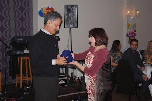 Η βουλευτής Μ. Τριανταφύλλου απονέμει πλακέτα για την προσφορά του στον Παναγιώτη Μάσσο