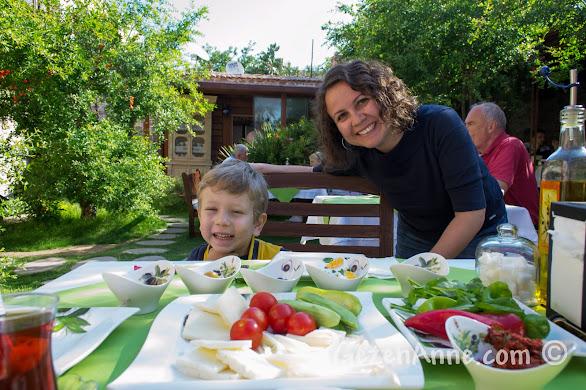 Cunda, Ziya Bey Konağı'nın bahçesinde kahvaltıda