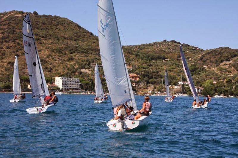 Children sailing during the summer courses of the Argentario Yacht club