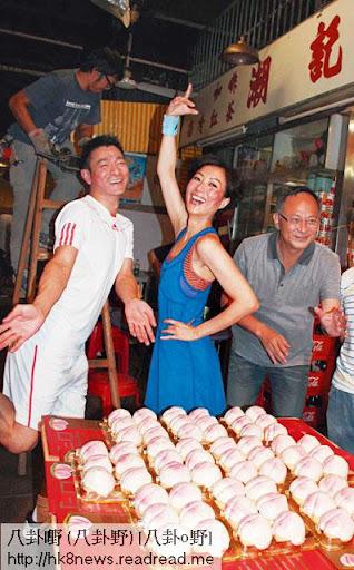 一枱五十二個壽包,代表劉華步入五十二歲,有 Sammi阿杜補祝生日,壽星開心到風騷勾腳。