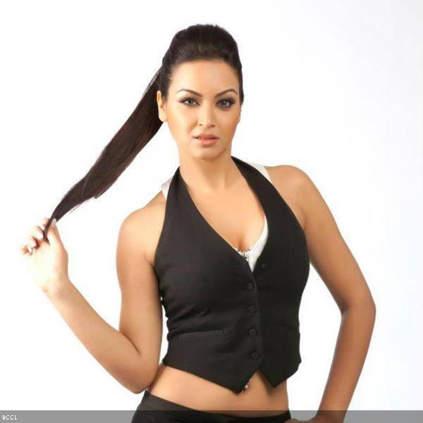 Super-sexy Maryam Zakaria strikes a pose for the cameras during a photoshoot.<br />