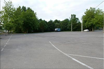 Amplio aparcamiento que se suele llenar con bien tiempo