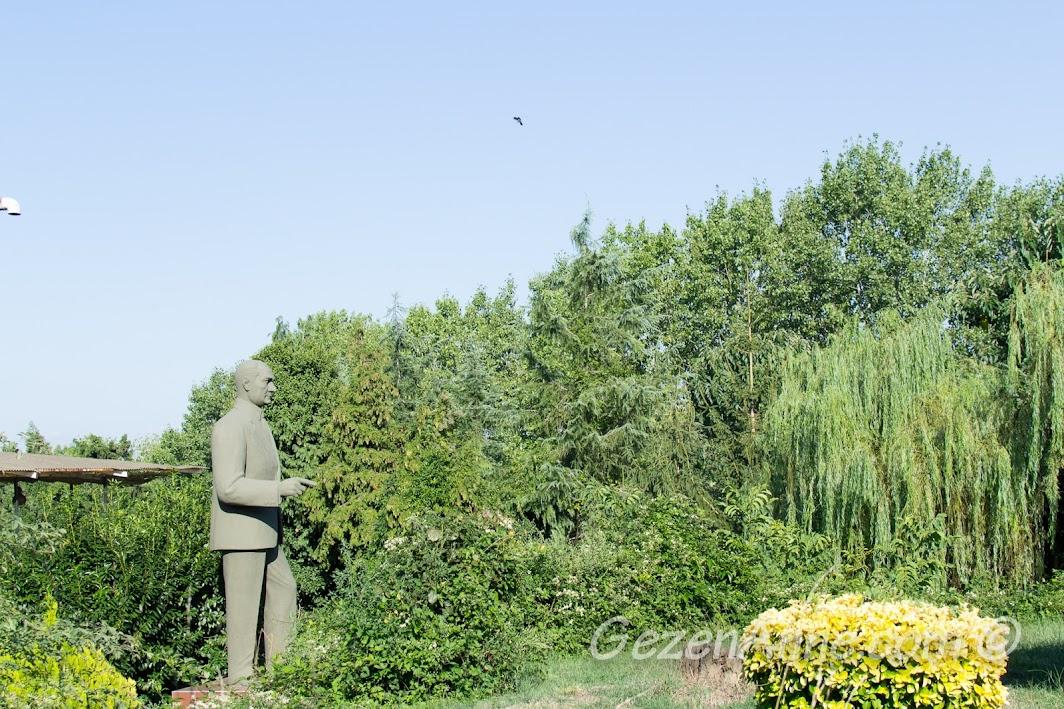Polonezköy Gülayım Otel'in bahçesindeki Atatürk heykeli