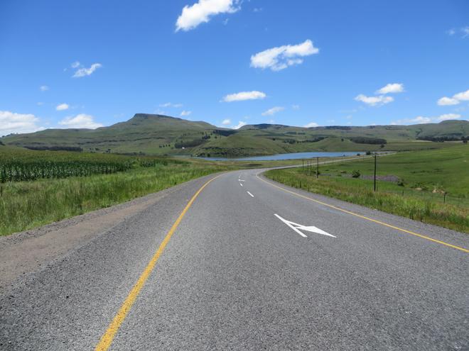 weg richting de zuidelijke Drakensberg, Zuid Afrika