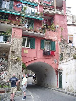 道路の上に建っているアパート
