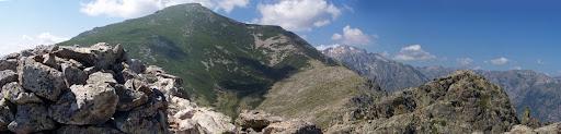 Depuis le sommet du Monte Corbaghja : ason cairn et vue sur la Lattiniccia et sur le Ritondu