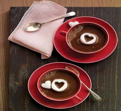 Taza de chocolate con corazón de nata