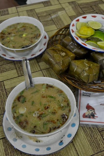 lokalne jedzenie, czyli Coto Makassat - intensywny wywar wołowy z mięsem i podrobami podawany z ryżem gotowanym w liściach