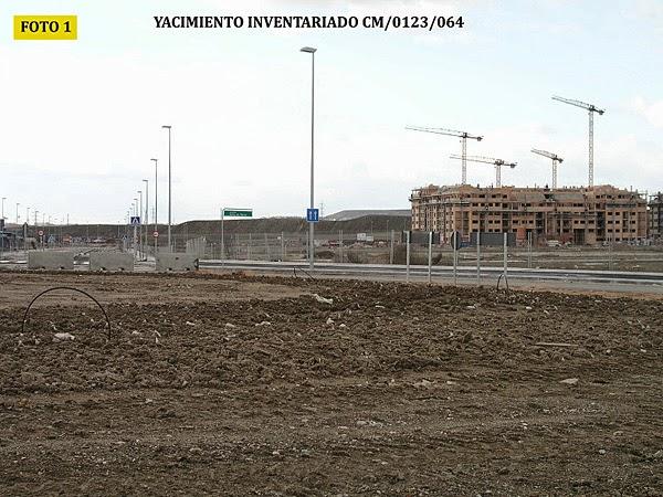 Fotografía del Quemadero de Rivas en 2010. Al fondo se construye la expansión del núcleo urbano de Rivas-Vaciamadrid (barrio de la Luna). Fuente: Anuario arqueológico CAM.