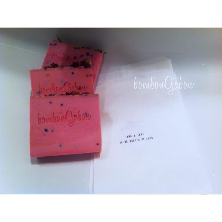 Jabón frambuesa con pétalos de rosa. Aroma romántico, contiene semillas se sésamo.