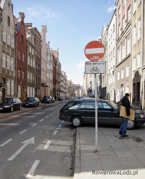 Ulica jednokierunkowa, ale nie dla rowerów. Pierwszy i najstarszy kontrapas w Gdańsku na ul. Ogarna