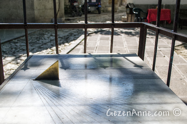 Safranbolu Köprülü Mehmet Paşa Cami'nin avlusundaki güneş saati