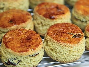 司康餅又稱英國茶餅、英國鬆餅,英文scone,是一種烤餅。