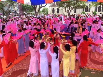 Giáo hạt Tôn Đạo dâng hoa cộng đồng kính Đức Mẹ