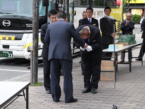 大阪バス「東京特急ニュースター号」開業式 開業初便乗務員へ金一封贈呈