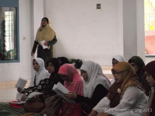 Ibu-ibu peserta pengajian yang sedang mendengarkan ceramah Ibu Siti Muntamah