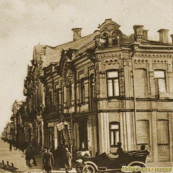 Будинок цегляного стилю, що стояв на розі вулиці Шосейної.