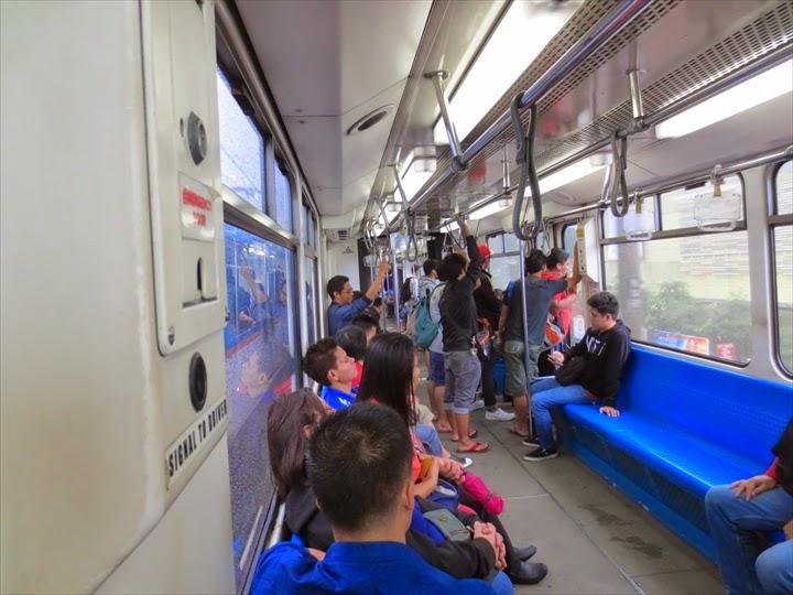 MRT昼ごろの電車内の様子-最初はもうちょっと混んでた