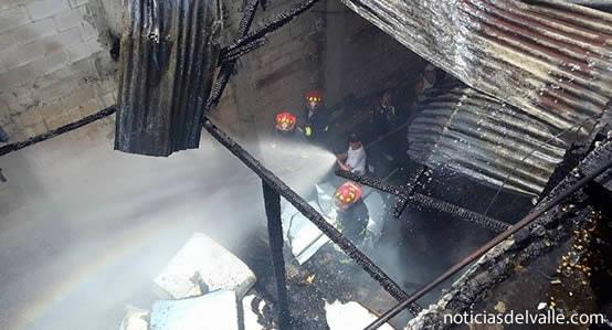 Bodega es consumida por las llamas