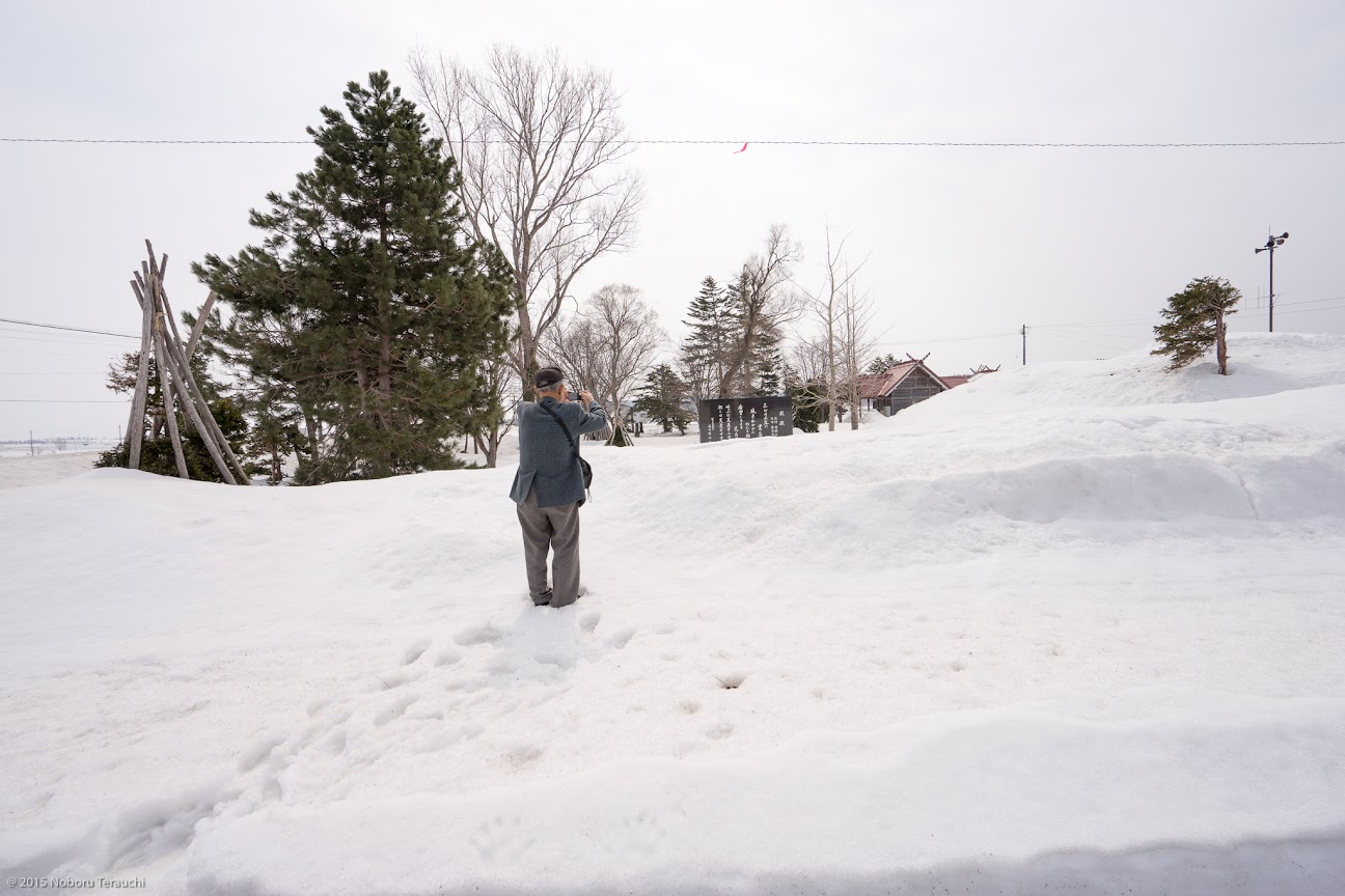 雪に埋もれた碑を撮影