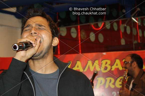 Josh Crooner of Lambada Live performing at Pune Central on Christmas 2008 Eve